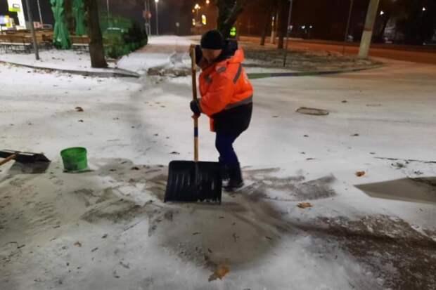 Шесть спецмашин очищают Симферополь от снега