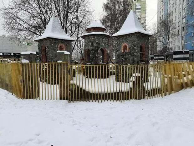 Современный игровой комплекс установят на месте аварийной площадки-замка в Лианозове