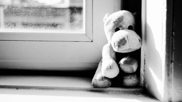 Оставленная с бабушкой полуторагодовалая девочка выпала из окна в Подмосковье