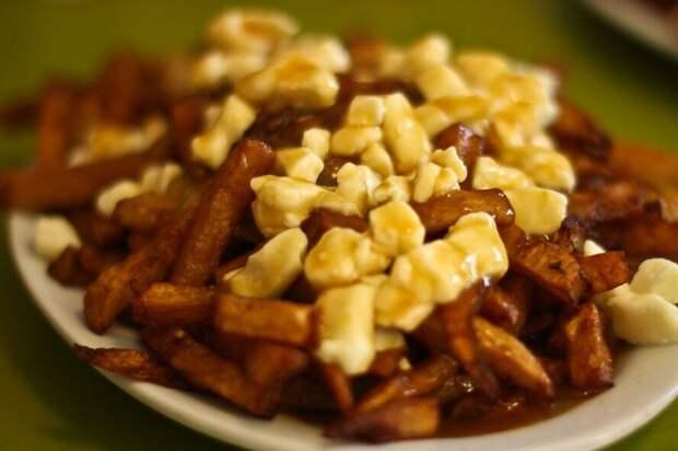 Простой рецепт путина — квебекского блюда из картофеля