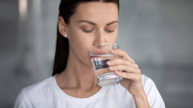 Почему пить слишком много воды опасно, рассказали ученые