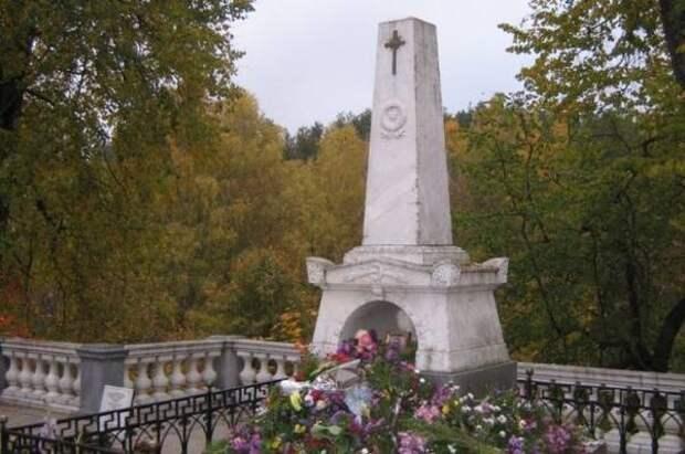 В Пушкинских Горах реставрируют могилу поэта