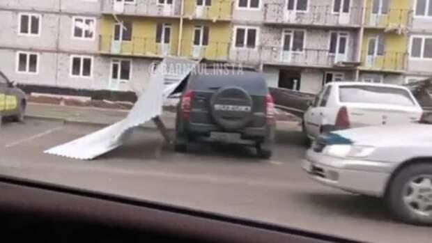 Металлический забор повалился и повредил два автомобиля в Барнауле