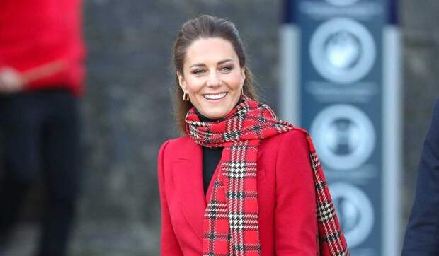 Вслед за Маркл? Кейт Миддлтон в дерзко красном пальто заметили возле ларька