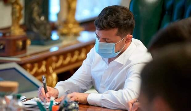 Зеленский сообщил о проблемах с вакцинацией: Киев вынужден стоять с протянутой рукой