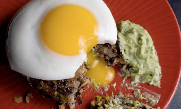 Готовим яйца как горячее и пирог: еда на ужин за 15 минут
