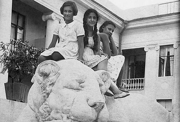 Нами с внучками Максима Горького Марфой и Дарьей Пешковыми. Сочи, 1939 год