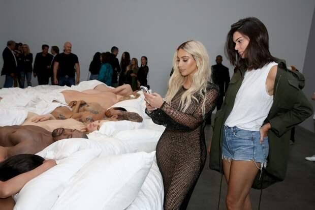 Обнаженные знаменитости в одной постели в скандальной работе Канье Уэста