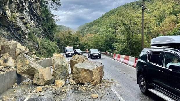 На трассе Джубга - Сочи произошел камнепад, дорога перекрыта