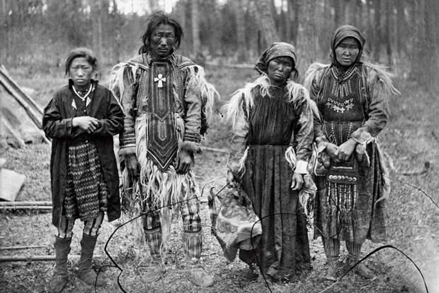 Семья эвенков, 1888 г. | Автор фото неизвестен | Источник: Prestel Publishing