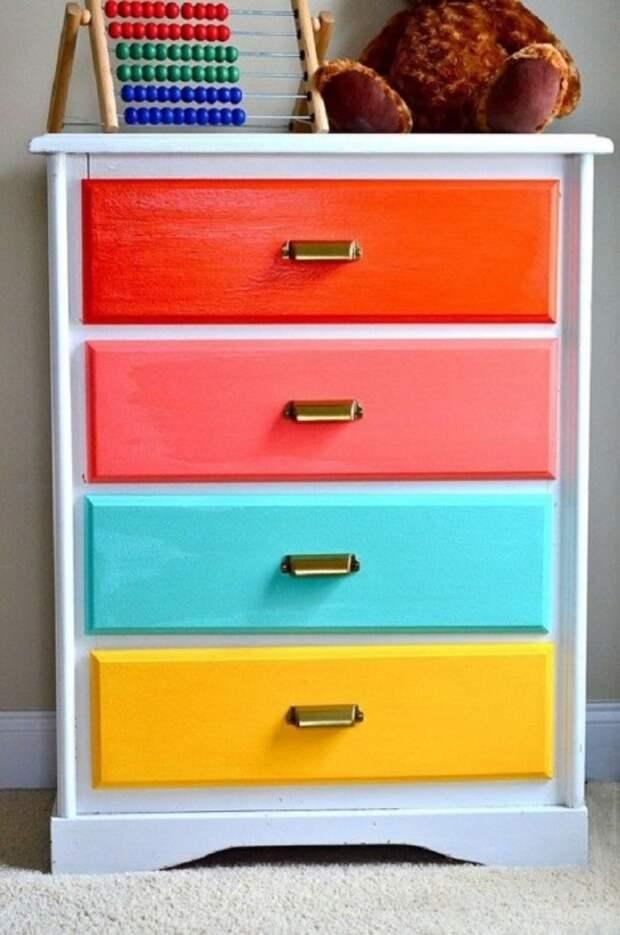 Яркие ящики комода изменят мебель до неузнаваемости. / Фото: Pinterest.fr