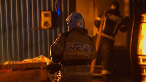 Складское здание на площади 700 кв. м горит на юго-востоке Москвы