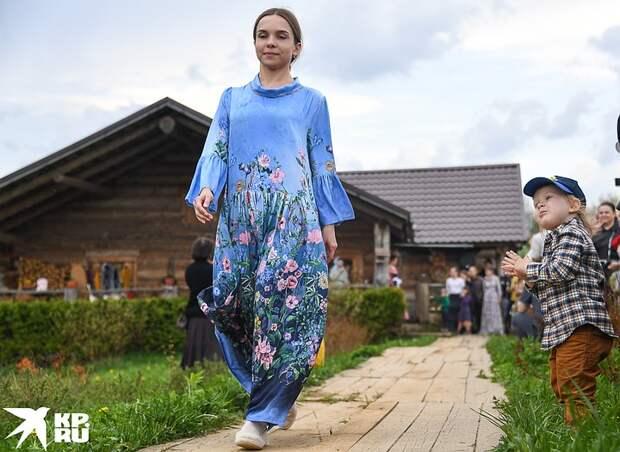 Еда без химии, валенки и платья в пол на модном показе: фоторепортаж с «крестьянской ярмарки» у Германа Стерлигова