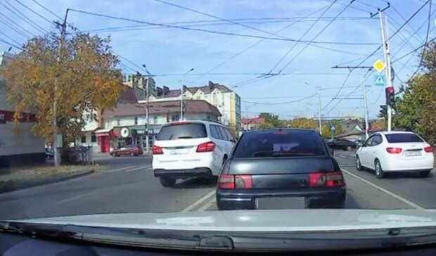 Автохам на Mercedes с блатными номерами едва не устроил несколько ДТП в Ставрополе