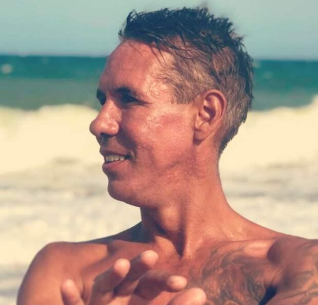 «Опять Волочкова… ни страхов, ни комплексов», – Алексея Панина застукали на нудистском пляже со спутницей-блондинкой