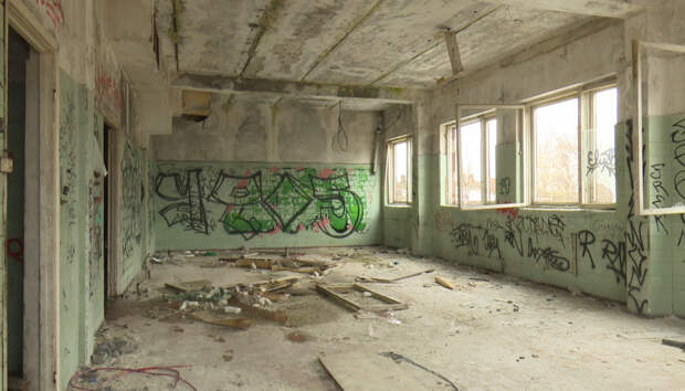 Здание бывшего комбината школьного питания пришло в абсолютный упадок