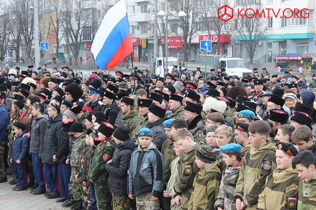 Первый всекрымский казачий сход в Симферополе. Площадь заполнена казаками, кадетами и семьями казаков.