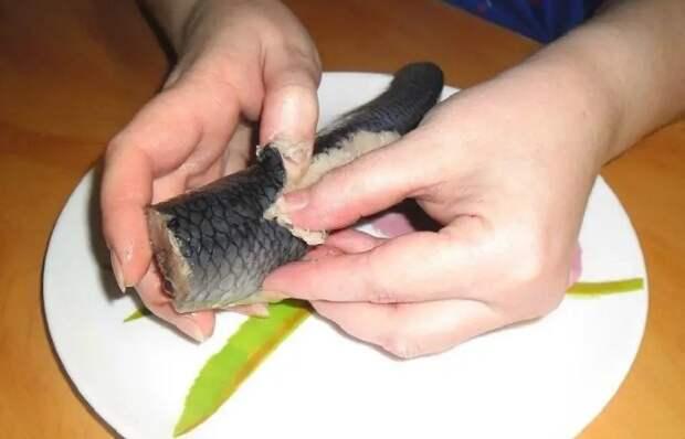 Продавливание - еще один удобный метод, который быстро разделит рыбу на половинки / Фото: domotmoem.ru