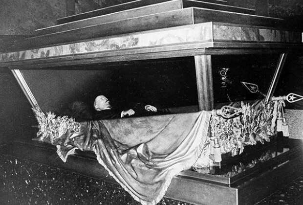 Почему Ленина не выносят из мавзолея?: легенды и предания