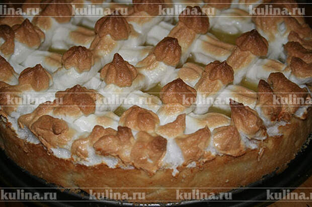 Снизить температуру до 150 градусов и выпекать торт, пока белки не подрумянятся.