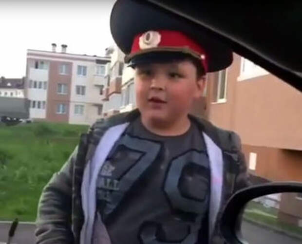 9-летний школьник «подрабатывает» инспектором ГИБДД