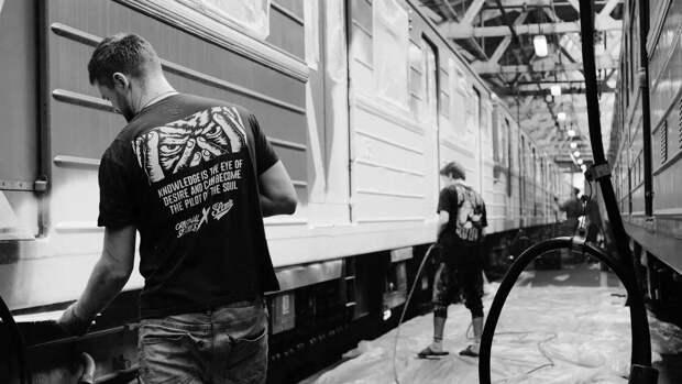 Поезд московского метро распишут уличные художники