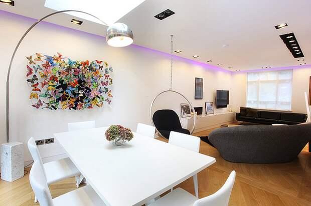 Имитация настенной картины из бабочек и проволоки в современном интерьере квартиры-студии