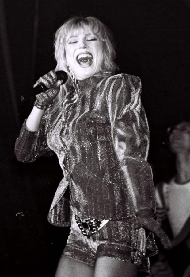 Секс-символ 90-ых Маша Распутина в молодые годы.