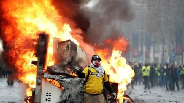 Макрон поиздевался над  «желтыми жилетами», предложив свои варианты решения кризиса