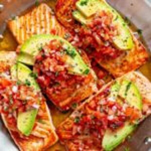 Форель с сальсой из томатов и авокадо