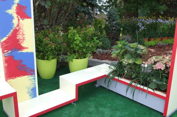 Угол сада можно замаскировать оригинальной скамьёй.