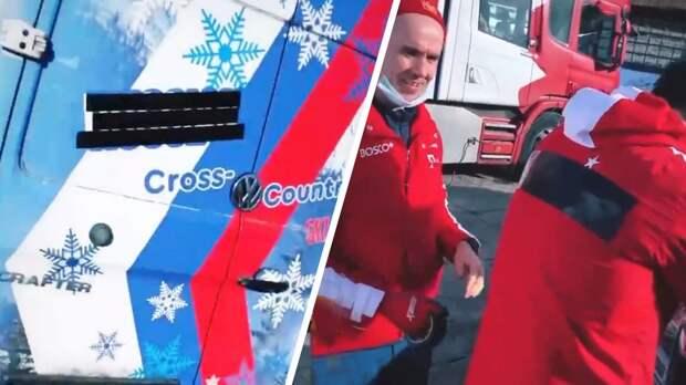 «Гребаный цирк». Российскую символику заклеивают скотчем перед ЧМ по лыжным видам спорта: видео