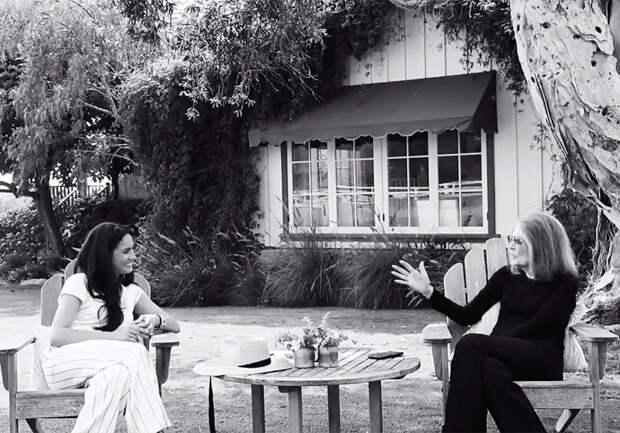 Меган Маркл и Глория Стайнем во дворе дома последней