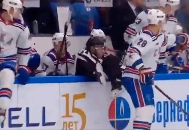 Хоккеист СКА выкинул судью заборт. Мощное столкновение Зубарева сарбитром: видео