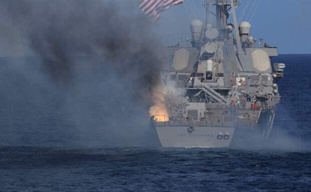 Взрыв зенитной управляемой ракеты Standard SM-2MR Block IIIA во время ракетной стрельбы на американском эскадренном миноносце DDG 68 The Sullivans
