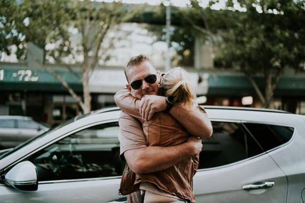 Роб обнимает Стефани после того, как он подвез ее к магазину свадебного платья, где у нее назначена встреча с семьей. Фото: James Day.
