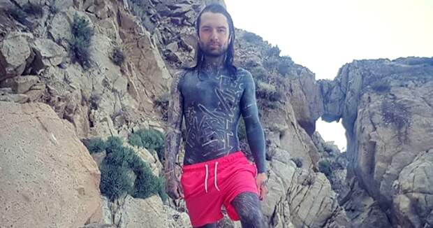 Швейцарец познает свое тело, покрывая его сплошной татуировкой