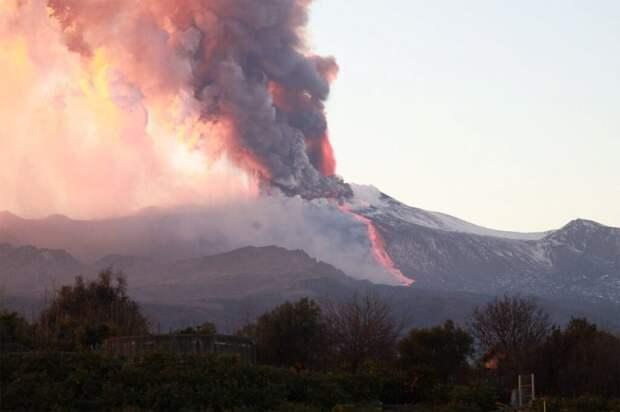 В Италии начал извержение самый высокий вулкан в Европе – Этна
