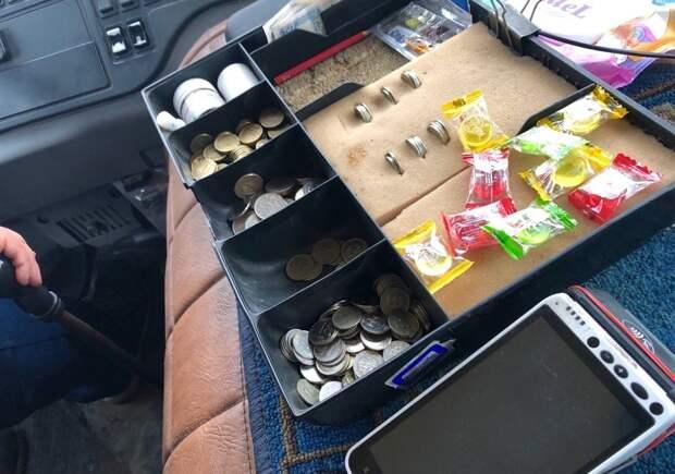 Томские водители маршруток угощают школьников конфетами