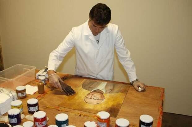 Художник-маргинал рисует картины руками мертвецов