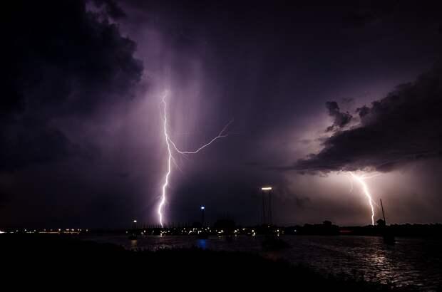 Ежесекундно в мире около пятидесяти молний ударяются в поверхность земли. Фото: pixabay.com