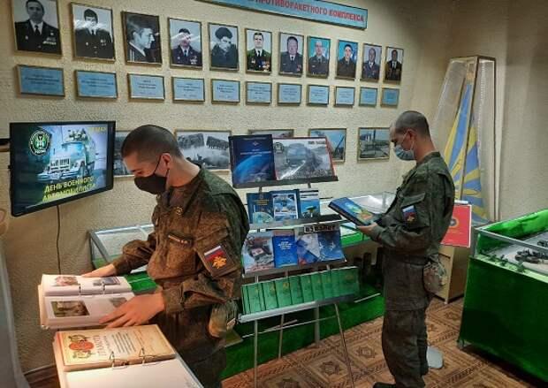 В соединениях и воинских частях 1 армии ПВО-ПРО (ОсН) прошла выставка, посвященная Дню автомобилиста.