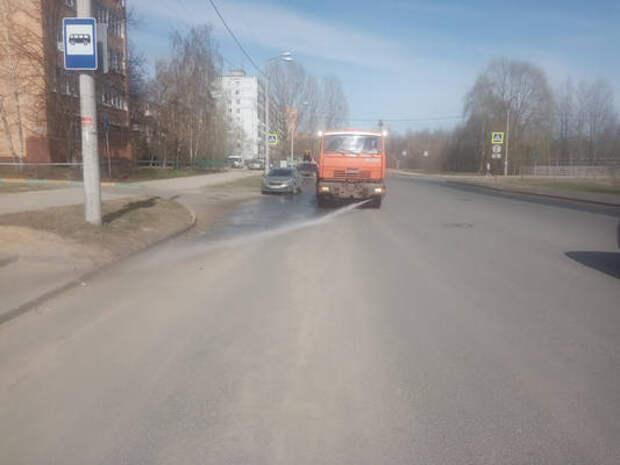 Поливомоечные машины работают напроспекте Молодежном, улицах Шнитникова иВеденяпина