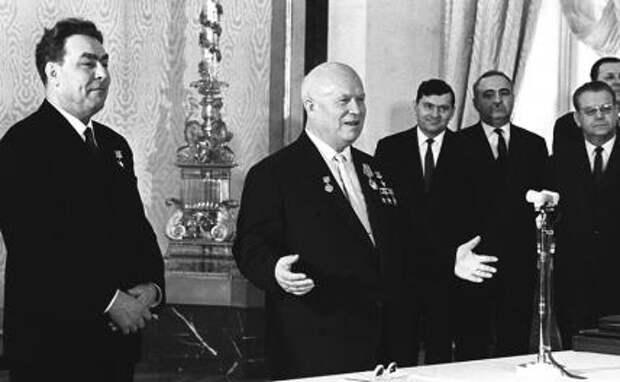 На фото: первый секретарь ЦК КПСС Никита Сергеевич Хрущев (второй слева), удостоенный ордена Ленина и звания Героя Советского Союза, во время церемонии награждения по случаю своего 70-летия, 1964 год