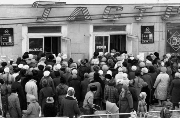 8 самых дефицитных товаров в Советском Союзе, за которыми выстраивались огромные очереди