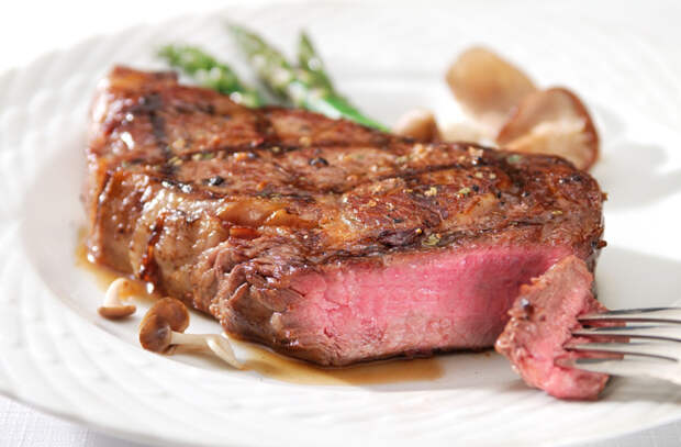 Нарезаем мясо, чтобы не испортить его вкус