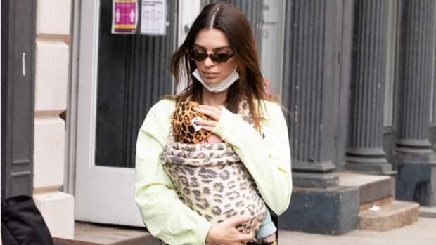 Эмили Ратаковски впервые сняли на прогулке с новорожденным сыном