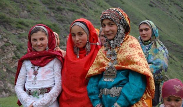 Арчинцы Численность: 5 000 человек На самом деле, именно арчинцы — законное коренное население Дагестана. Предки этого народа входили в многоплеменное объединение Кавказской Албании. Может быть, поэтому остатки народности впитали множество чужих традиций, объединяющих арчинцев с другими племенами местности.