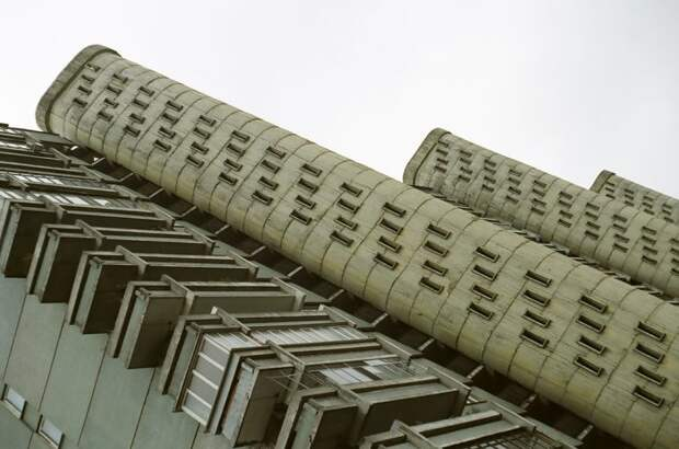 Почему в советской Москве строили дома на ножках, и Где можно встретить такие здания