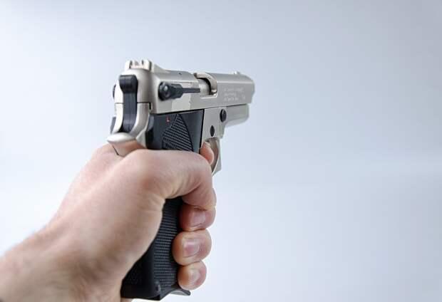 Житель Глазова ограбил аптеку, угрожая фармацевту пистолетом